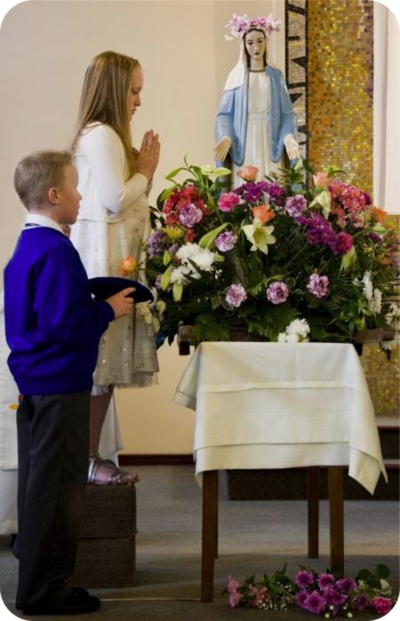 http://middlesbrough-diocese.org.uk/wp-content/uploads/2010/06/procession1a.jpg