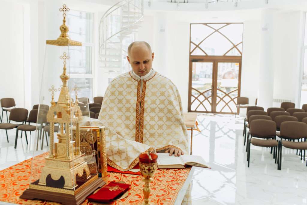 A Ukrainian Greek-Catholic priest in the Archeparchy of Ivano-Frankivsk celebrating the Divine Liturgy in an empty church because of the COVID-19 lockdown – Photo by ACN