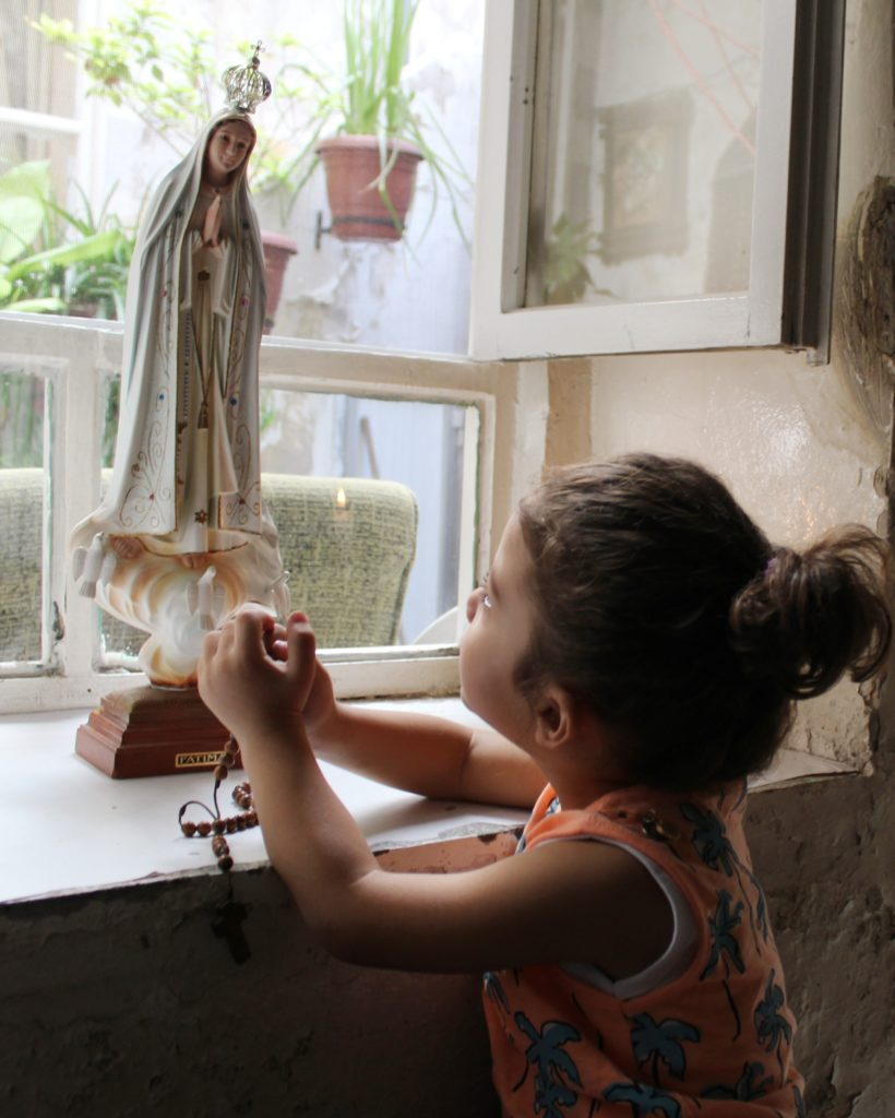 A girl in Damascus, Syria praying the rosary (© Aid to the Church in Need)